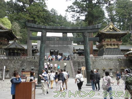 日光東照宮:銅鳥居から陽明門を望む